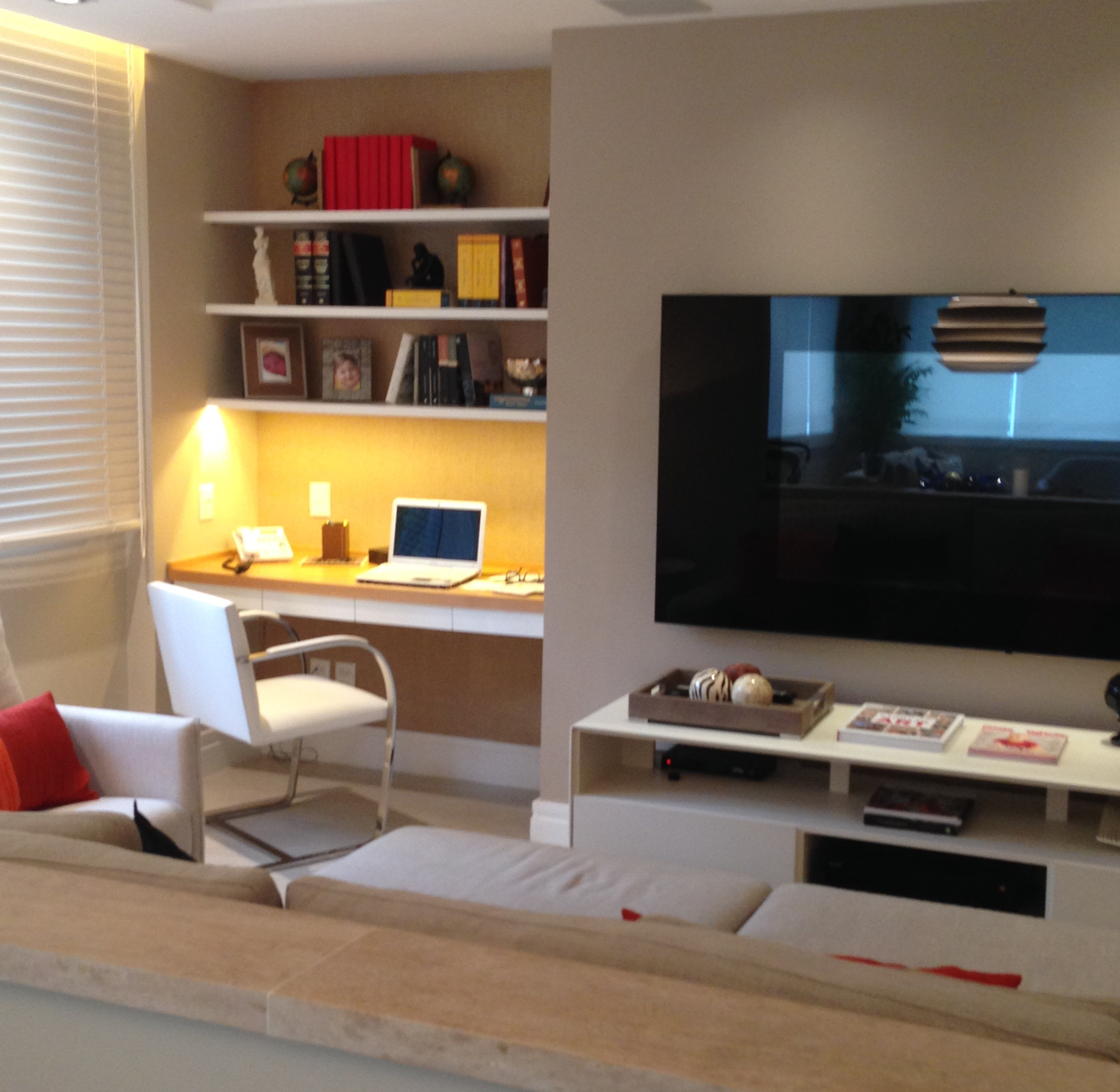 sala de tv com home office id ias interessantes para o design do quarto. Black Bedroom Furniture Sets. Home Design Ideas